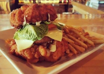 Photo d'une assiette d'hamburger et de frites